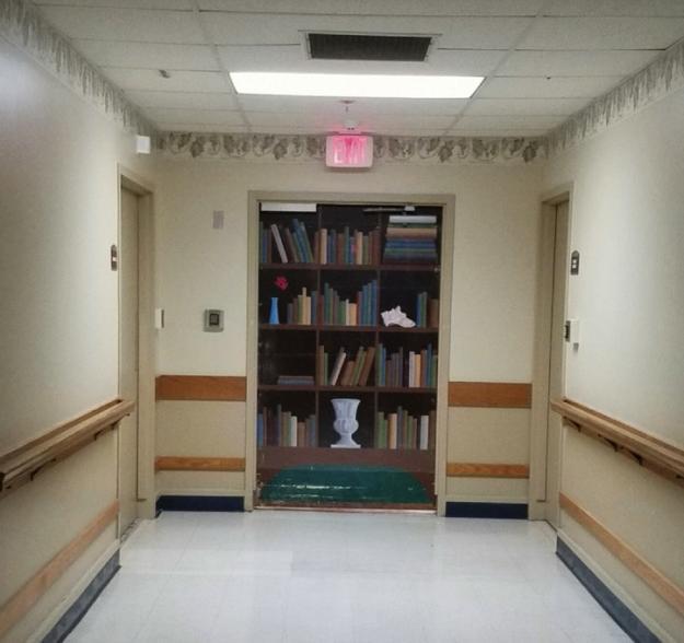 aparador libros en puerta