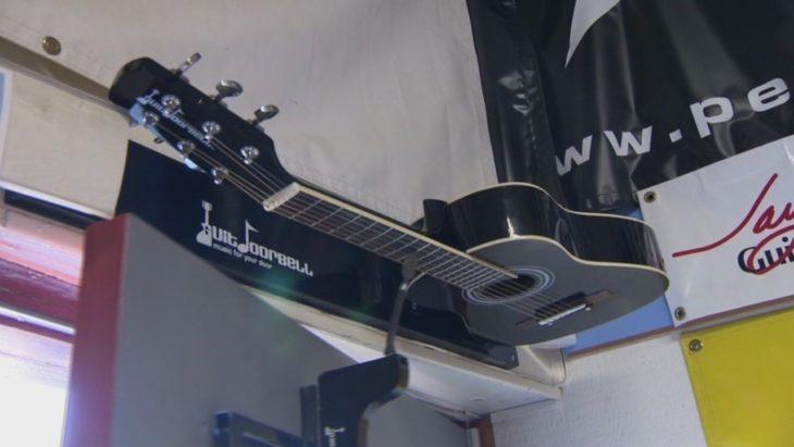 guitarra suena cuando abren la puerta
