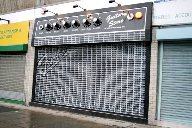 puerta creativa en tienda de sonido