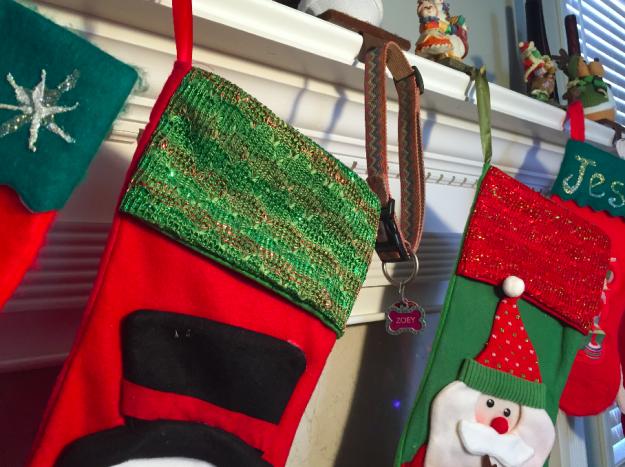 botas navideñas en chimenea y collar de perra