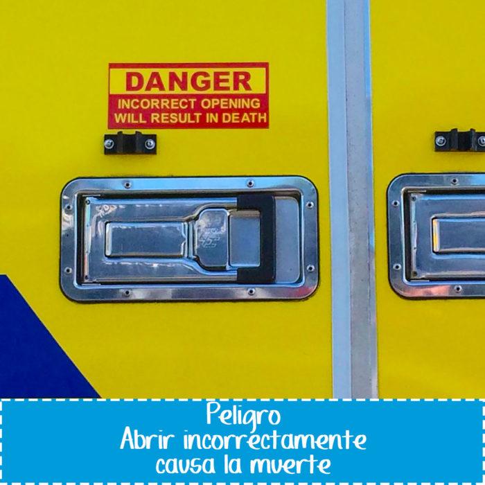 cartel de vehículo que dice precaución puede causar la muerte