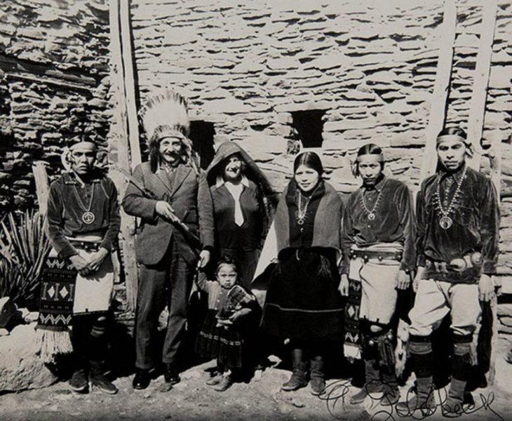 albert einstein posando junto a una tribu tradicional
