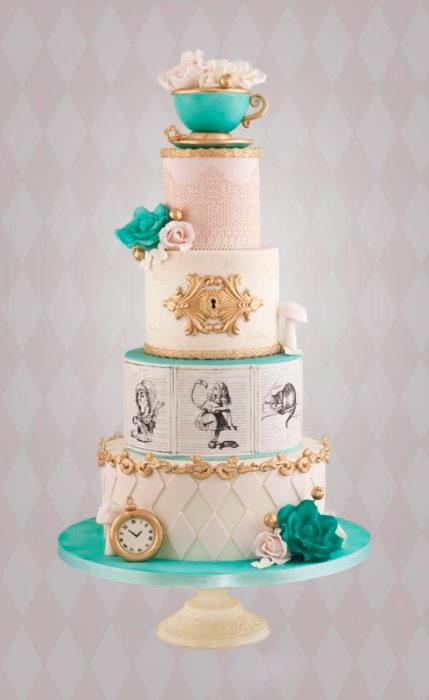 un pastel elegante inspirado en Alicia en el país de las maravillas