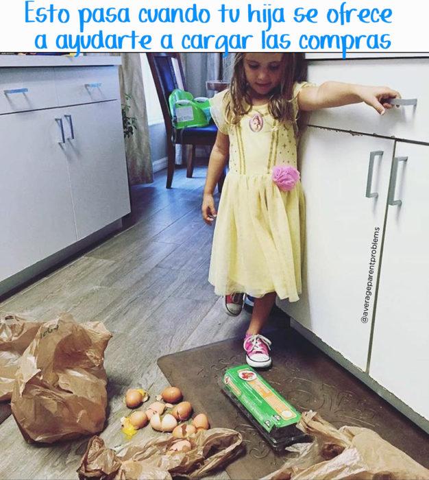 niña tiró todo el mandado de alimentos en la cocina