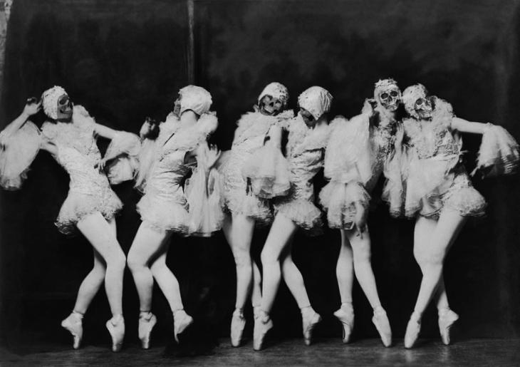 bailarinas con máscaras de calaveras
