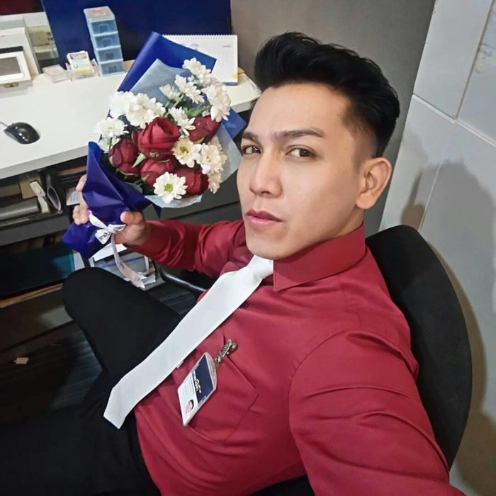 banquero con ramo de rosas