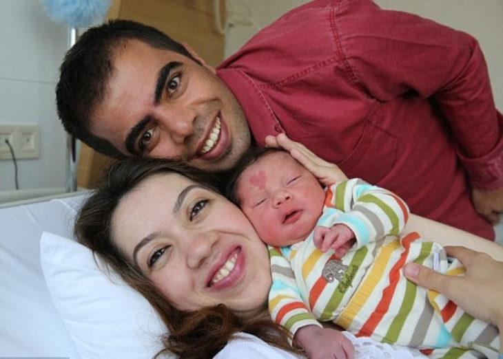 bebé con marca de nacimiento en forma de corazón