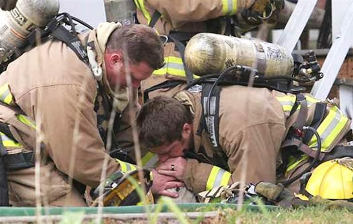 bomberos dan respiración boca a boca a una perrita para salvarla