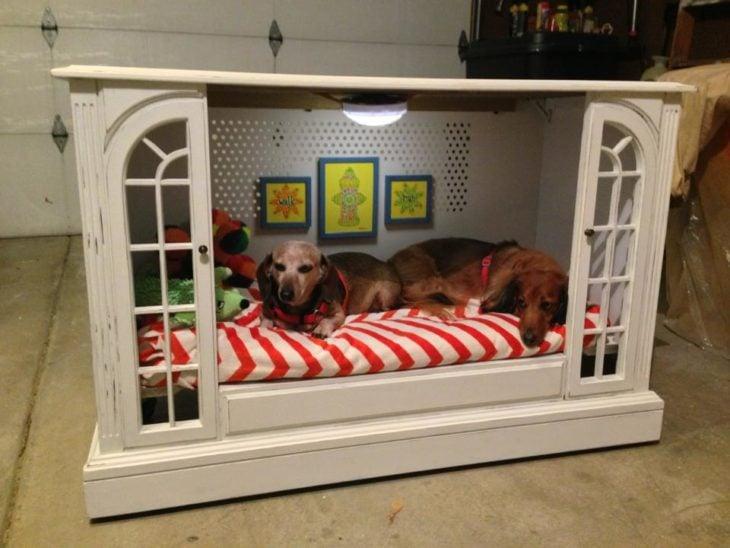 cama para perro hecha con el mueble de la televisión