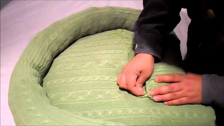 cama para perro hecha con un suéter