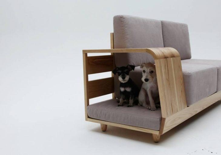 cama para perros pegada al sofá