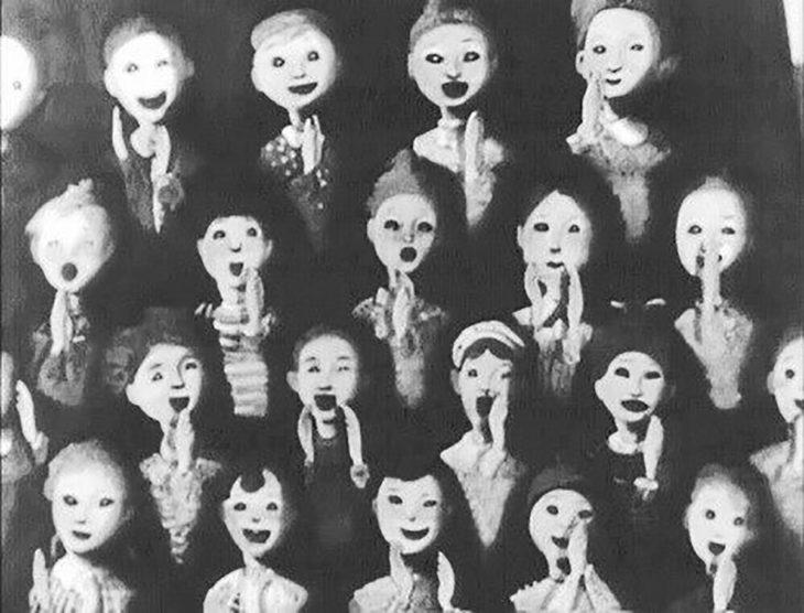 foto antigua de muñecos sonriendo