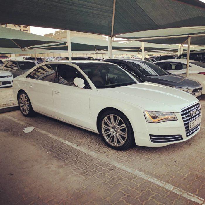 carros lujosos en estacionamiento de dubai
