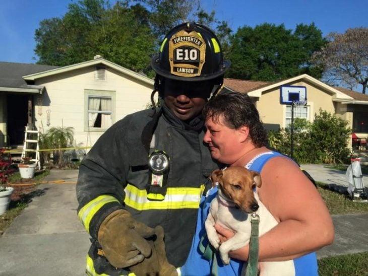 bombero que salvó a un perro de un incendio