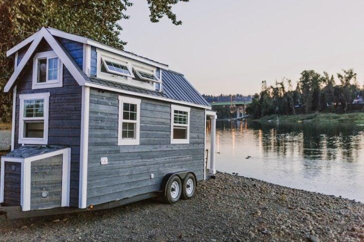 pequeña casa rodnate frente a un lago
