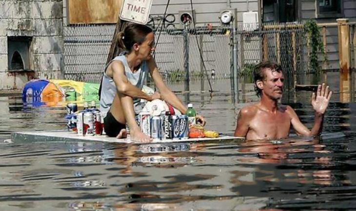 personas salvan cervezas en una inundación