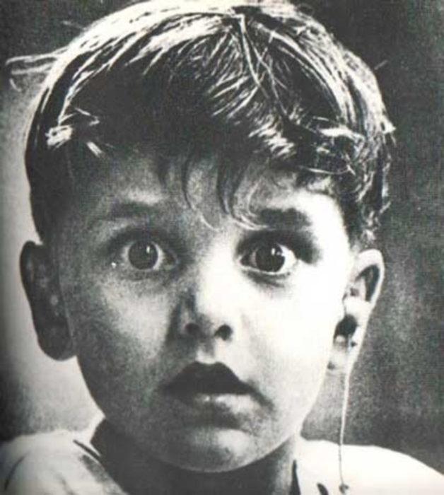 a blanco y negro niño escucha por primera vez