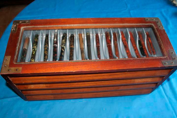 colección de plumas guartdadas en una caja de madera