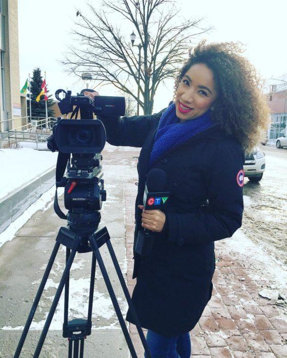 muchacha reportera al lado de una cámara