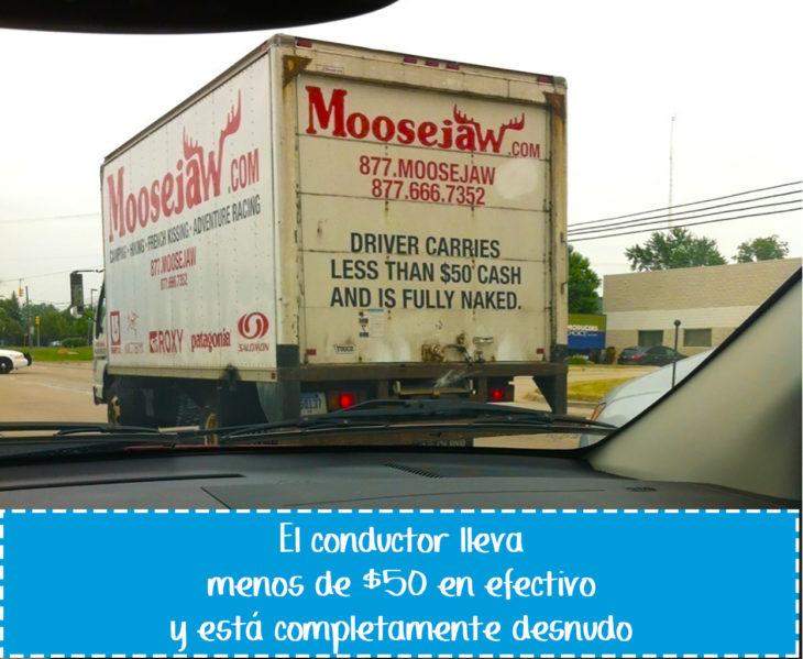 cartel gracioso en vehículo sobre conductor desnudo y pobre