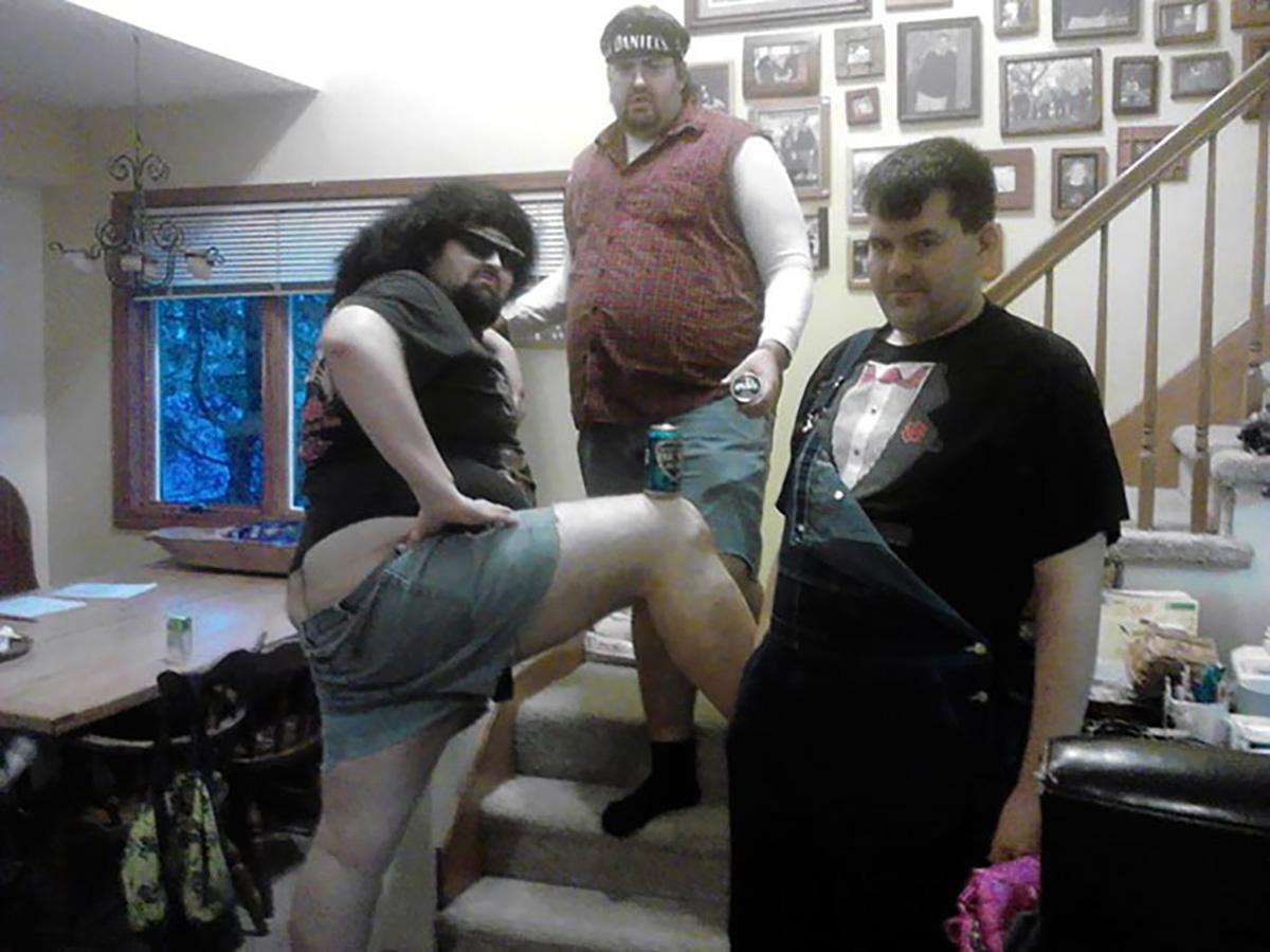tres hombres vestidos de forma graciosa