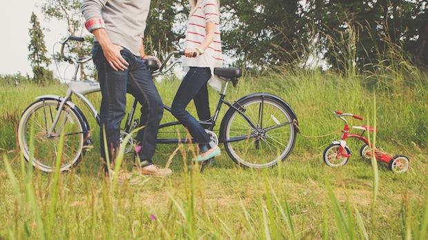 una pareja con su triciclo