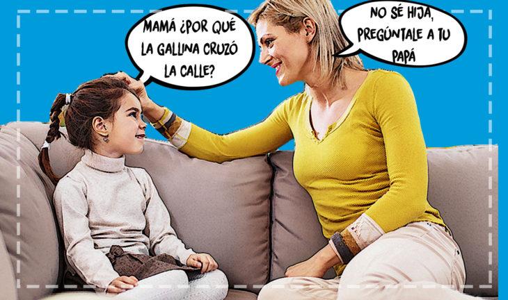 niña conversando con su madre