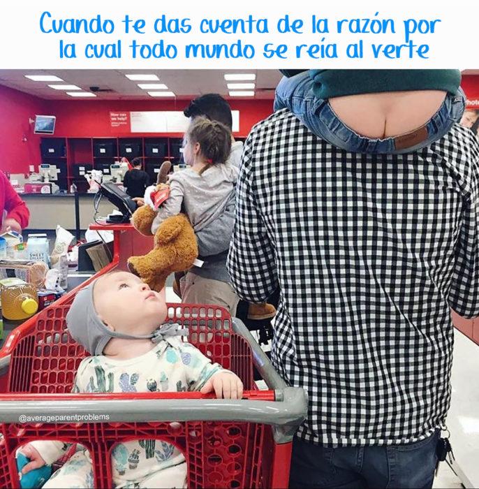 en un supermercado hombre carca a un niño pequeño y a este niño se le ve el trasero
