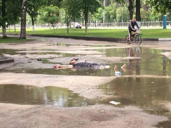 un hombre tirado en un charco de agua