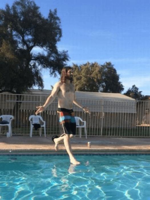 hombre que parece caminar sobre las aguas como nuestro Señor Jesucristo
