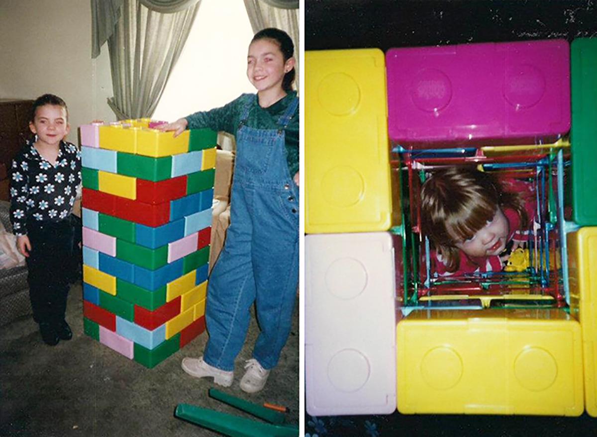 dos niñas construllen una torre de juguete en medio está su hermana