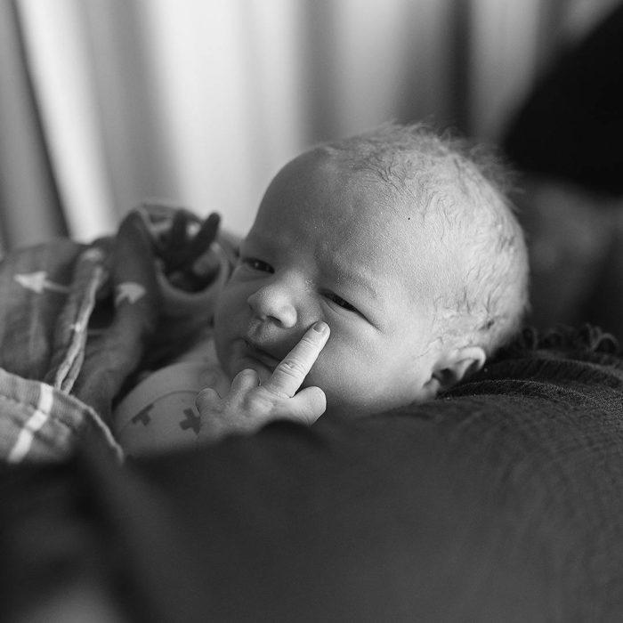 bebé levantando el dedo de en medio