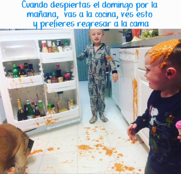 dos niños pequeños hacen un desastre en la cocina
