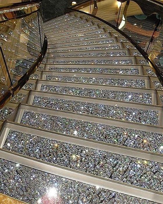 escaleras llenas de joyas