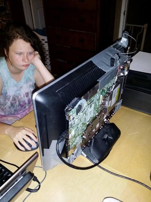 niña en una computadora que tiene cinta adhesiva