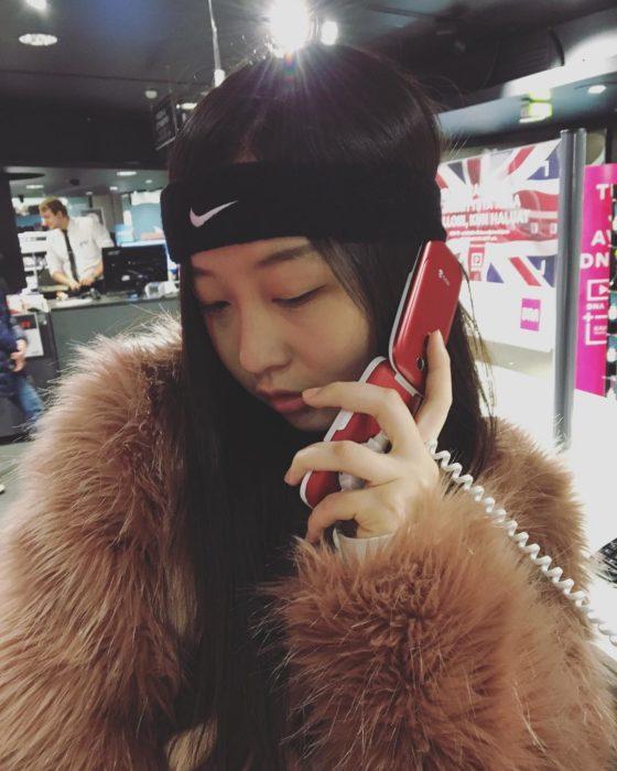 mujer con celular de tapa