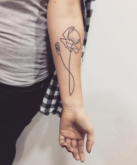 tatuaje de una sola línea de una flor
