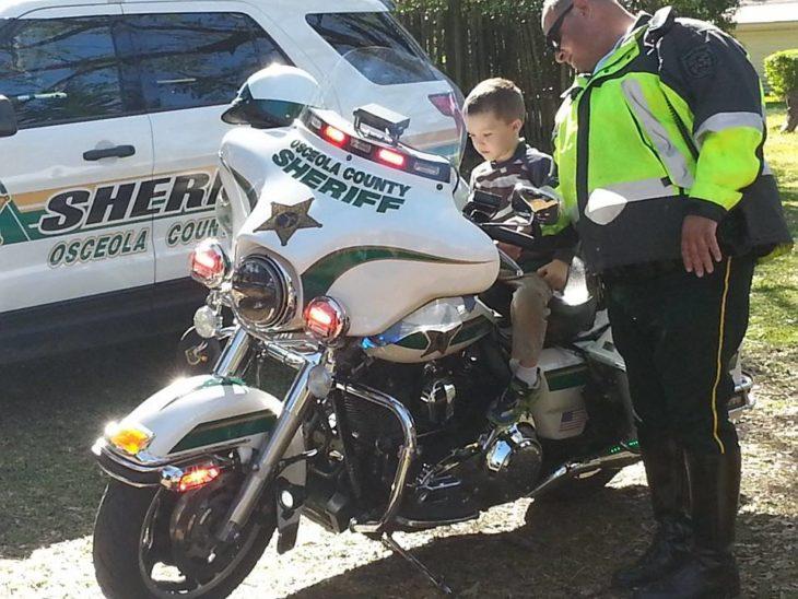 glen arriba de una moto de policía