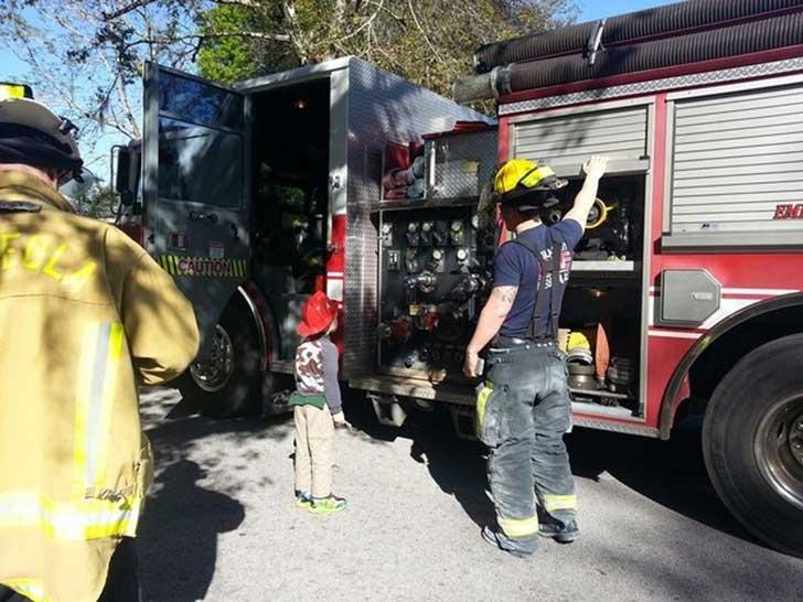 el pequeño glen conociendo cómo funciona un camión de bomberos