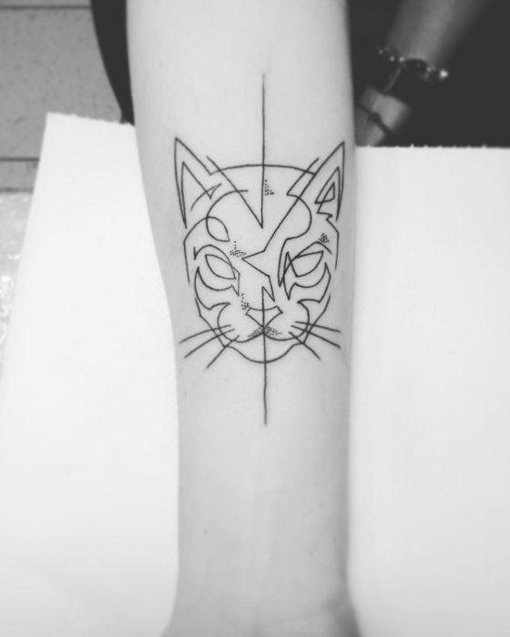 tatuaje de una sola línea de cara de gato
