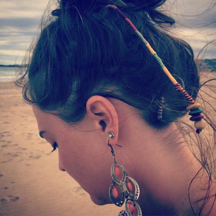 mujer con trenza de hilo en el cabello