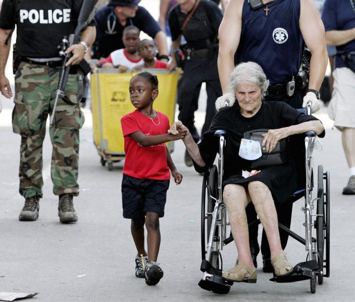 anciana y niña tomadas de la mano