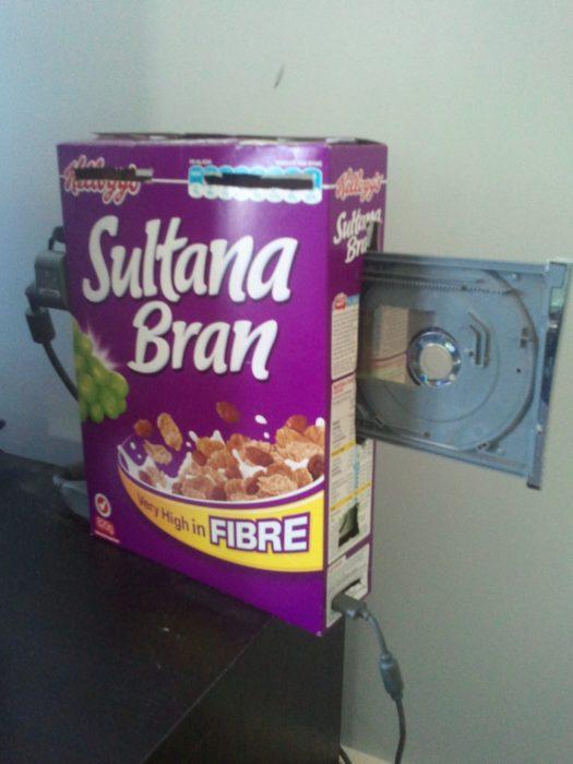 caja de cereal con compartimento para disco
