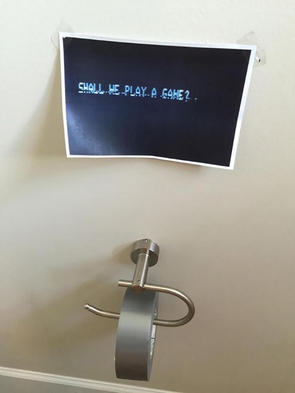 cinta adhesiva en lugar de papel de baño