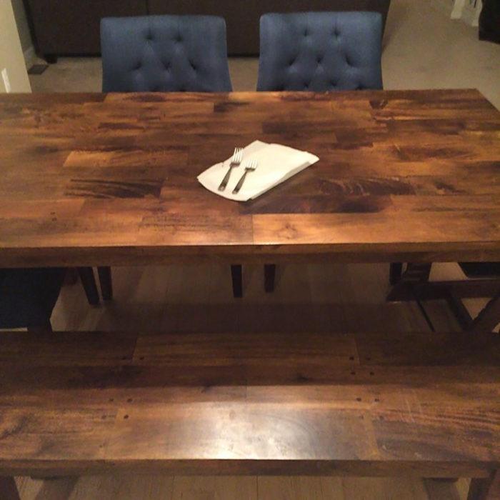 una servilleta y cubiertos sobre una mesa