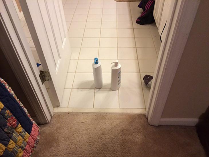 dos botellas de champú en el piso de un baño