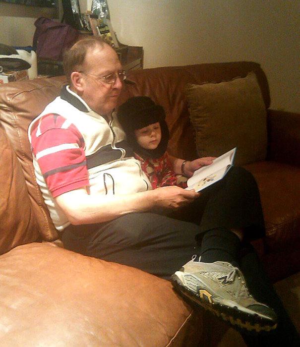 niño y abuelo leyendo