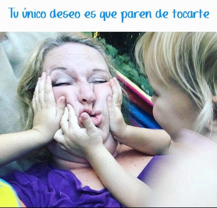 niños aplastan la cara de su mamá