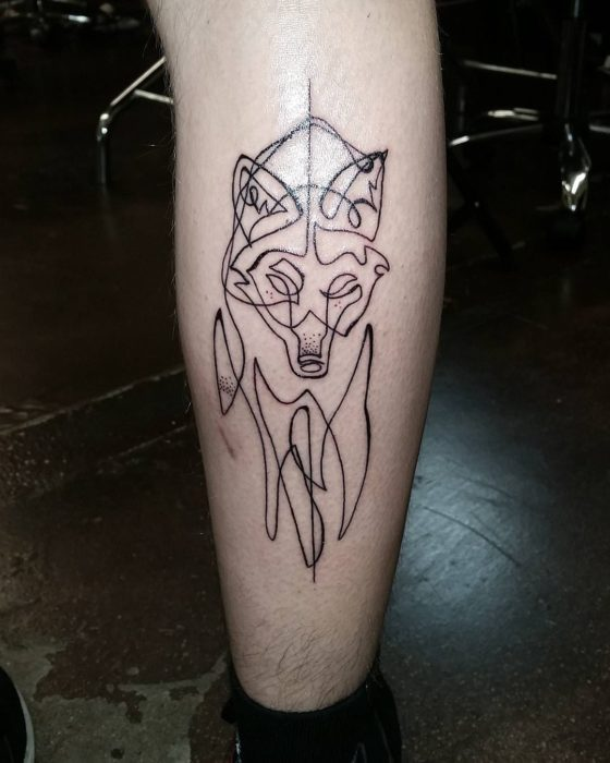 tatuaje de una sola línea de un lobo