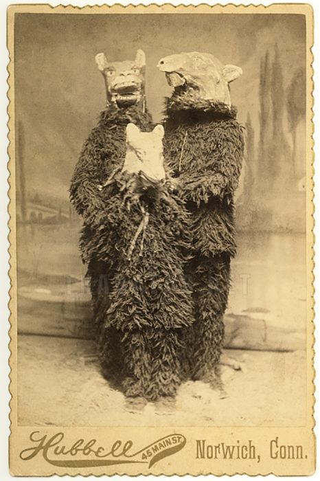 foto antigua de niños disfrazados de lobos